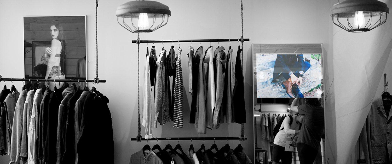 Spectra-tv-a-specchio-installazione-negozio-abbigliamento